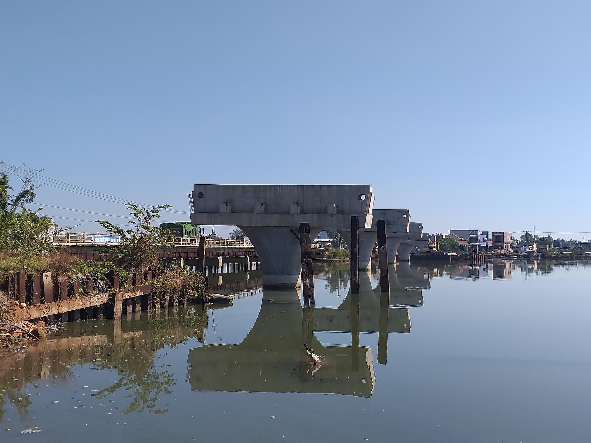 """Quảng Nam: Cầu 150 tỷ xây 4 năm ì ạch, dân """"nhắm mắt"""" ở nhà nứt toác - Ảnh 1."""