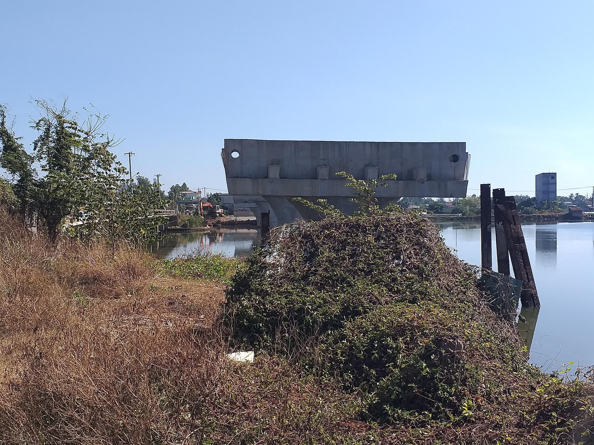"""Quảng Nam: Cầu 150 tỷ xây 4 năm ì ạch, dân """"nhắm mắt"""" ở nhà nứt toác - Ảnh 7."""