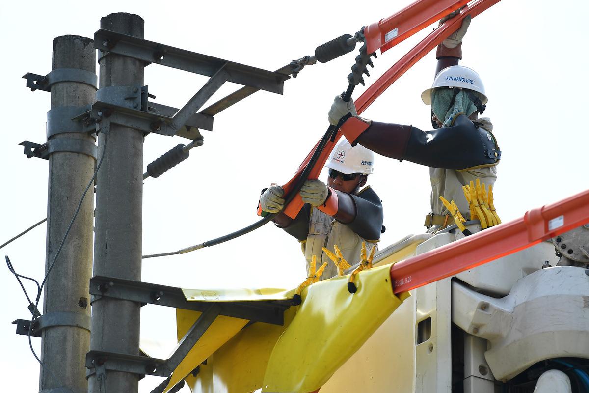 Cuộc chiến cân não trên đường dây điện sống của thợ hotline - Ảnh 3.