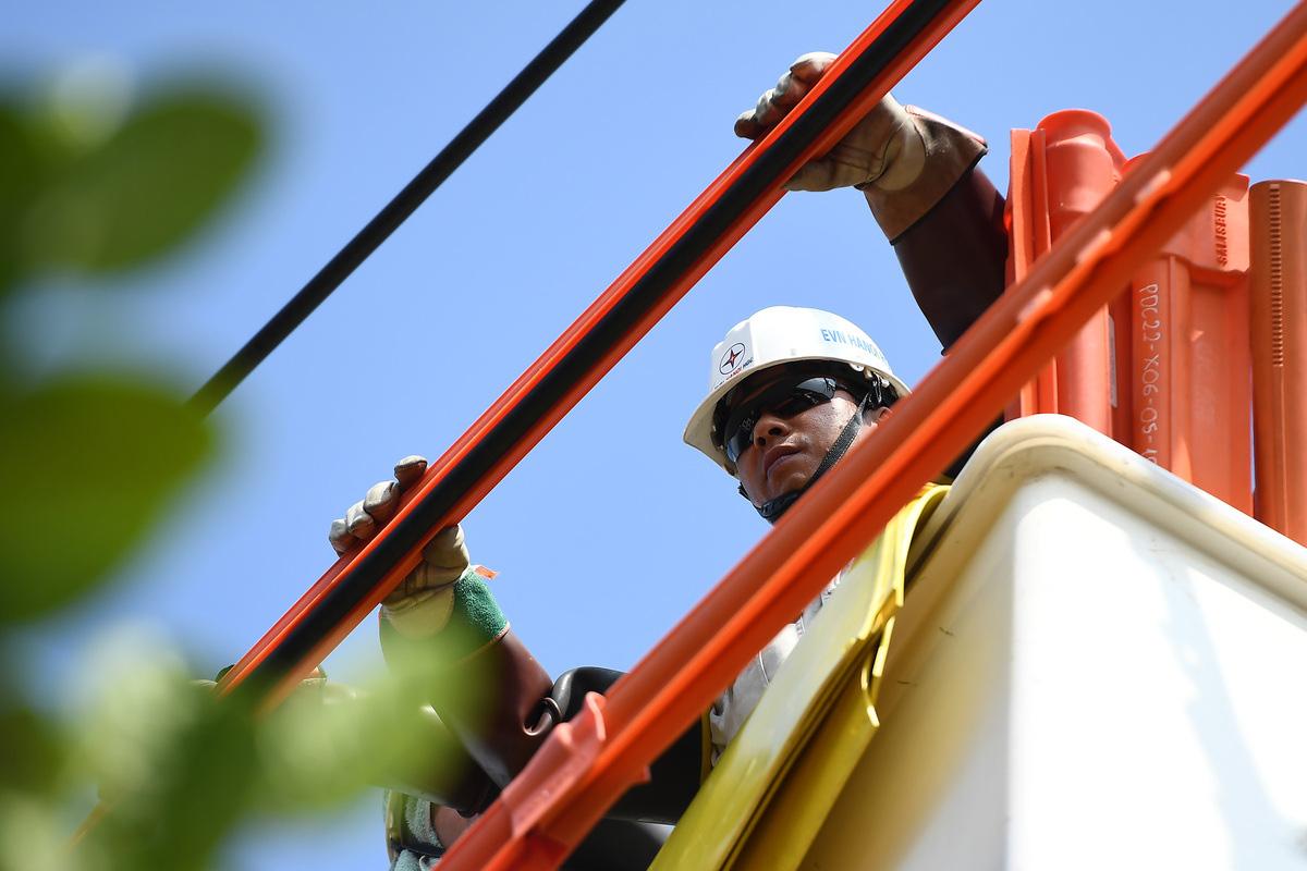 Cuộc chiến cân não trên đường dây điện sống của thợ hotline - Ảnh 5.