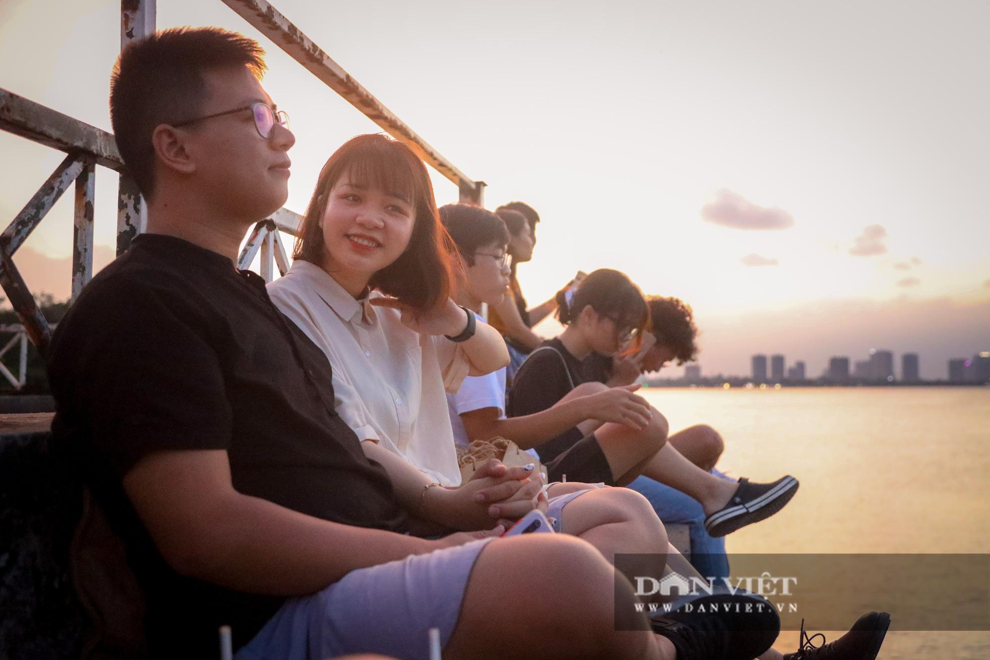 Chiêm ngưỡng hoàng hôn đẹp như mơ từ ga thủy phi cơ bỏ hoang ở Hà Nội - Ảnh 9.