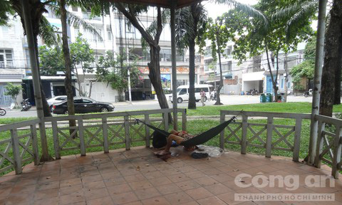 Người đàn ông nằm tử vong trên chiếc võng trong công viên  - Ảnh 1.