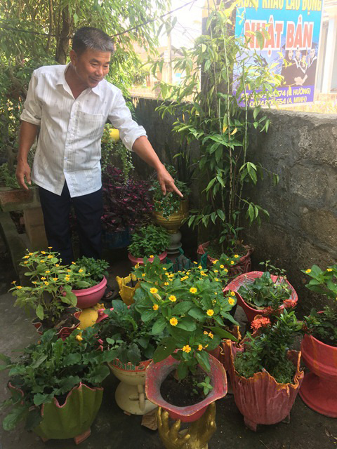 Anh Miêng, xã Trung Giang, huyện Gio Linh, tỉnh Quảng Trị giới thiệu hòn non bộ có hình cầu Vàng ở TP. Đà Nẵng làm bằng xốp kết hợp với xi măng