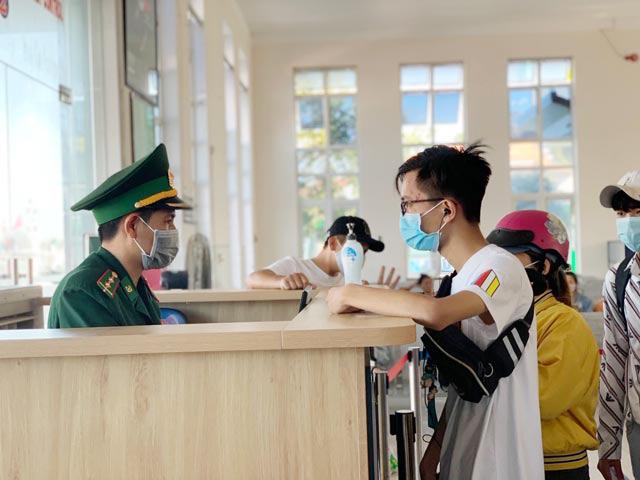 Quảng Ngãi: Khẩn cấp đưa hơn 2.100 khách rời đảo Lý Sơn về đất liền  - Ảnh 8.