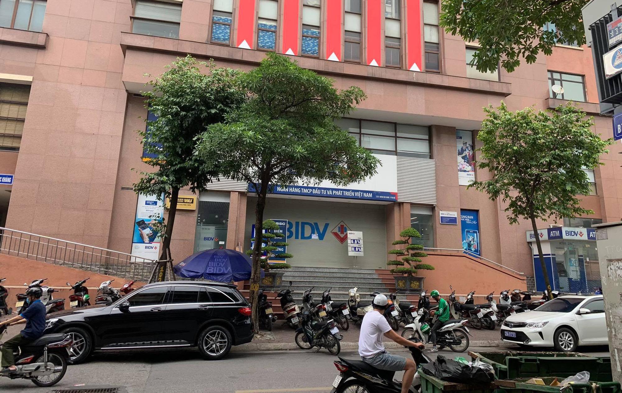Vụ cướp ngân hàng tại Hà Nội: 2 tên cướp ném lựu đạn, rơi tiền trên đường chạy trốn - Ảnh 1.