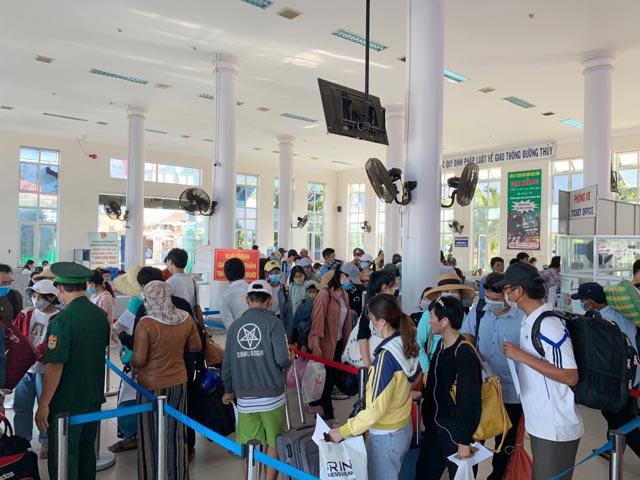 Quảng Ngãi: Khẩn cấp đưa hơn 2.100 khách rời đảo Lý Sơn về đất liền  - Ảnh 4.