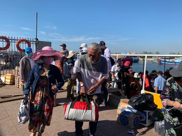 Quảng Ngãi: Khẩn cấp đưa hơn 2.100 khách rời đảo Lý Sơn về đất liền  - Ảnh 3.