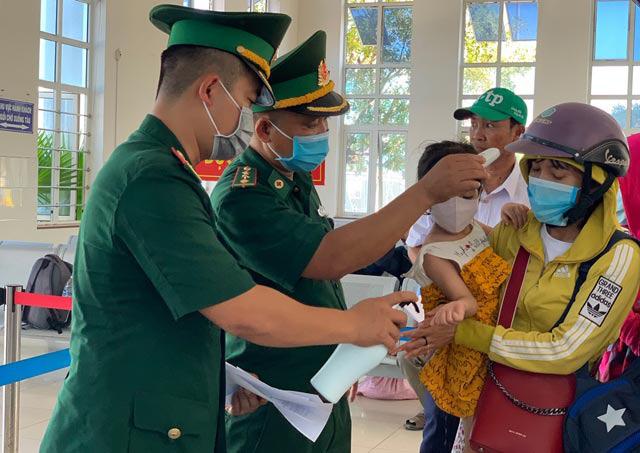 Quảng Ngãi: Khẩn cấp đưa hơn 2.100 khách rời đảo Lý Sơn về đất liền  - Ảnh 6.