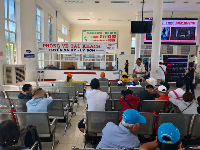 Quảng Ngãi: Khẩn cấp đưa hơn 2.100 khách rời đảo Lý Sơn về đất liền  - Ảnh 5.
