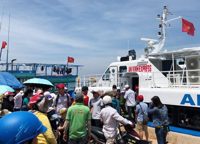 Quảng Ngãi: Khẩn cấp đưa hơn 2.100 khách rời đảo Lý Sơn về đất liền  - Ảnh 1.