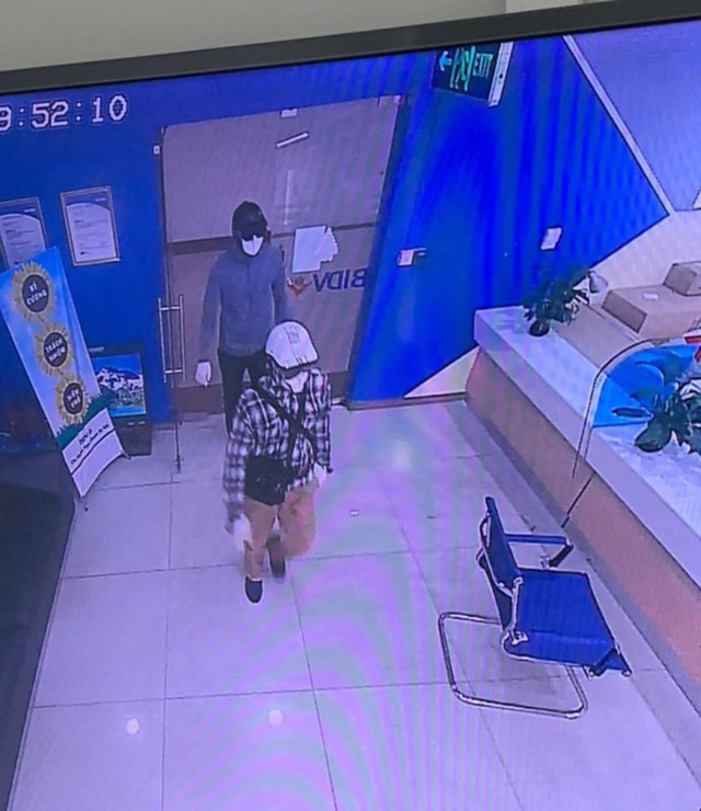 Hình ảnh 2 tên cướp trong vụ cướp ngân hàng tại Hà Nội - Ảnh 2.