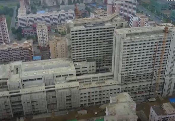 Ông Kim Jong-un nổi giận, trừng phạt quan chức Triều Tiên vì xây bệnh viện chậm? - Ảnh 4.