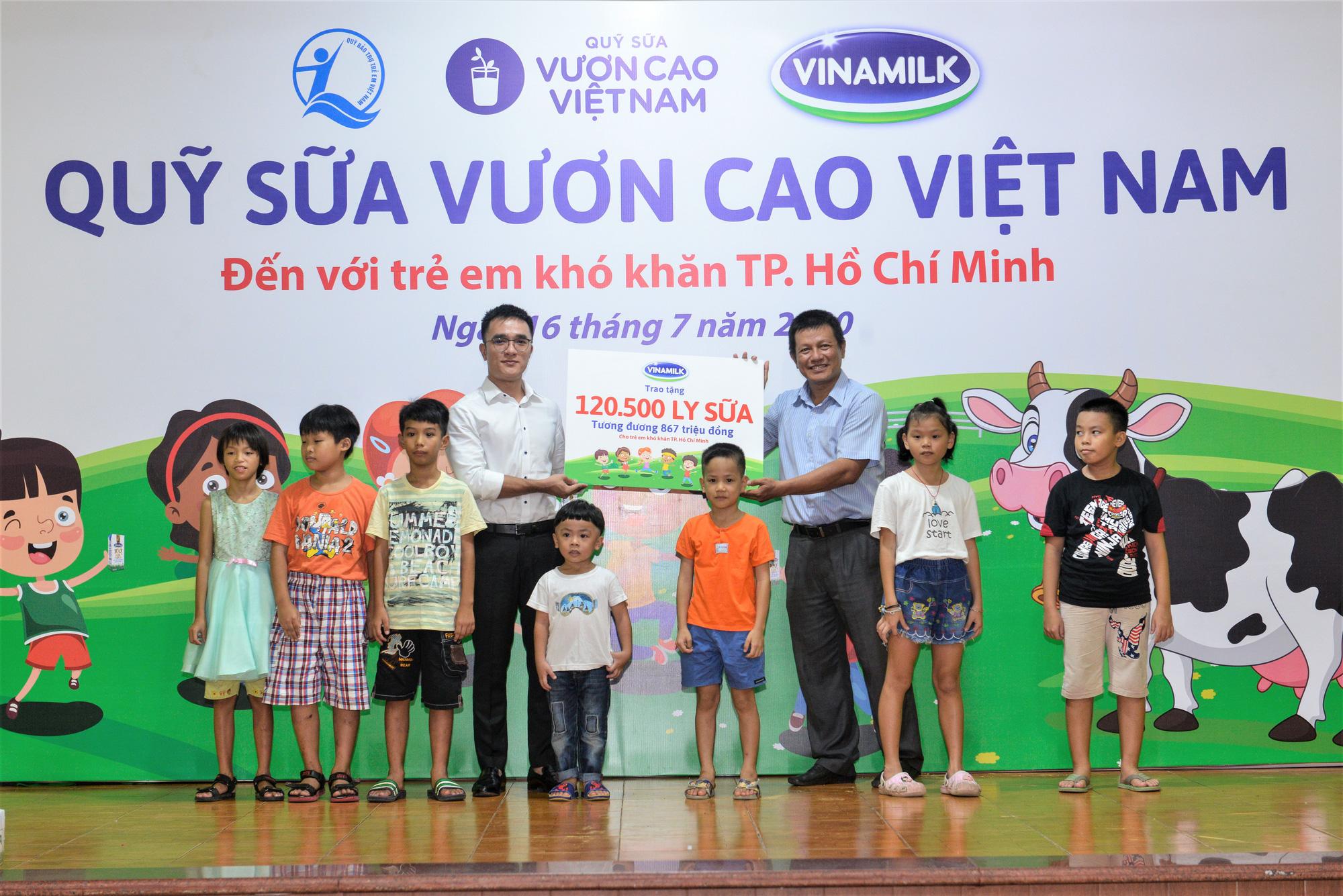 Quỹ sữa Vươn cao Việt Nam đến với trẻ khó khăn TP.HCM - Ảnh 2.