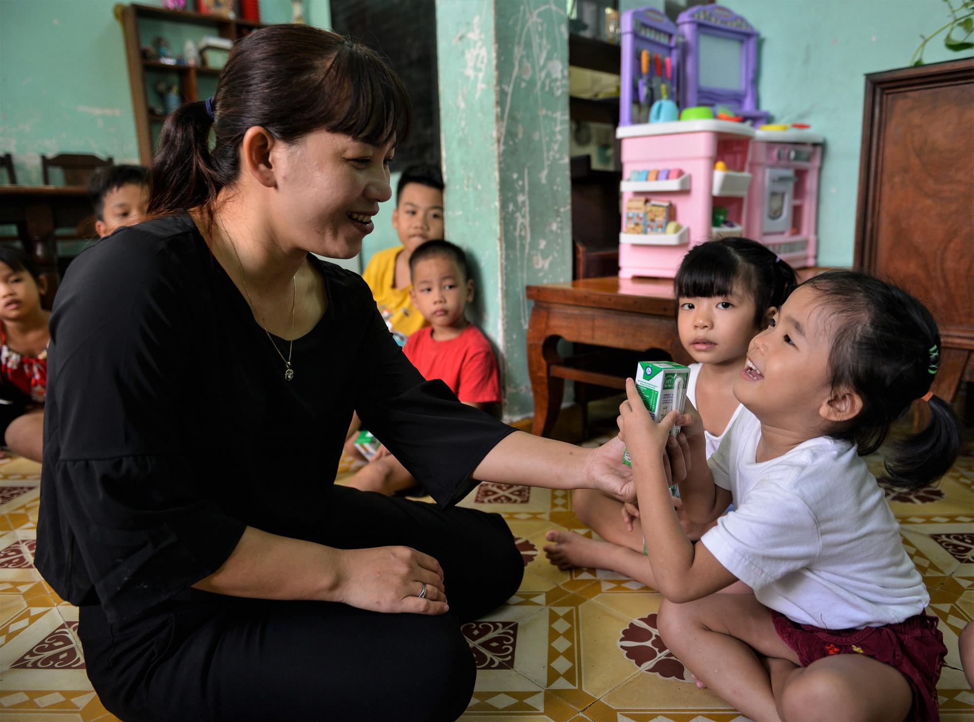 Quỹ sữa Vươn cao Việt Nam đến với trẻ khó khăn TP.HCM - Ảnh 9.