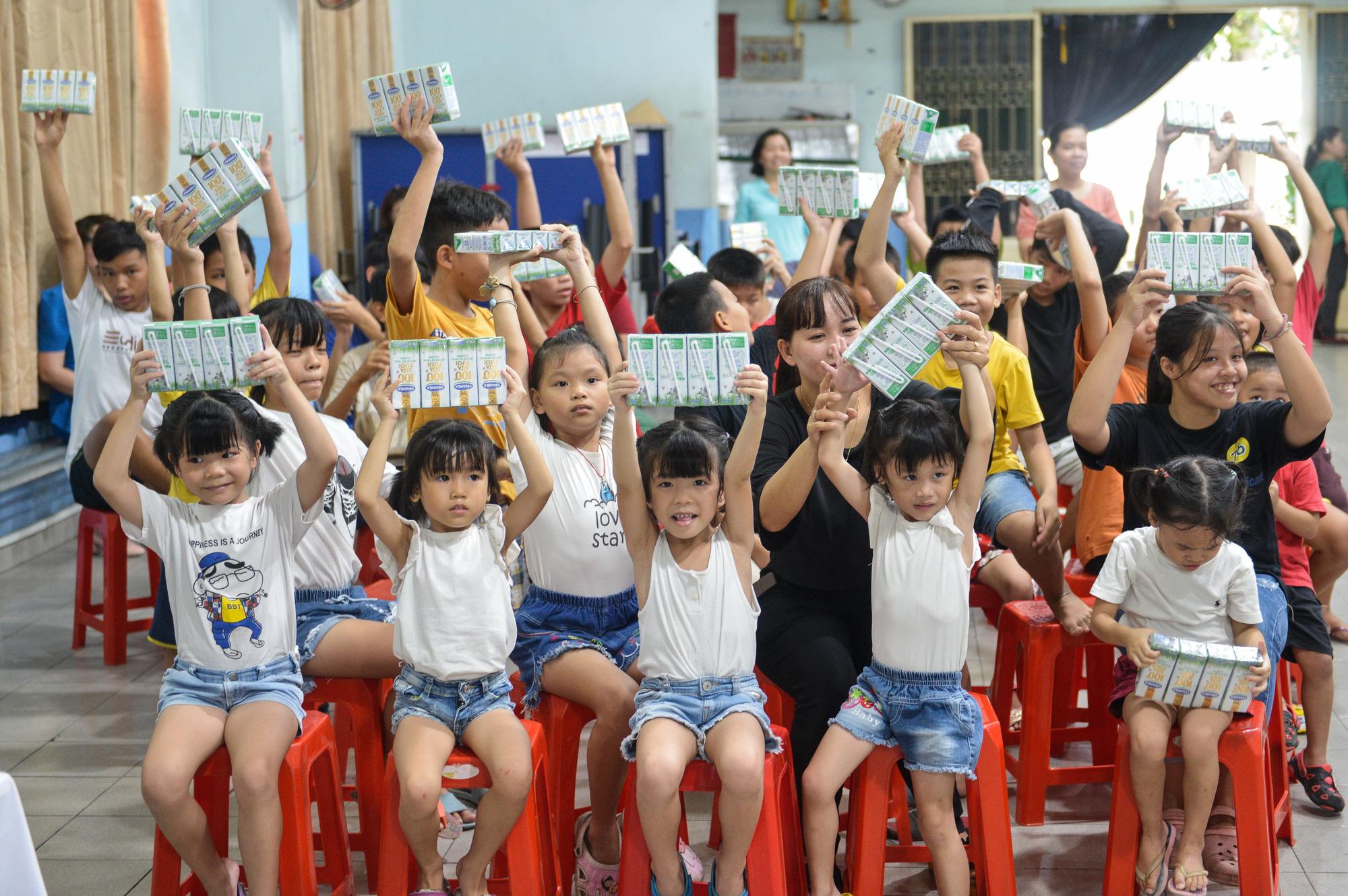 Quỹ sữa Vươn cao Việt Nam đến với trẻ khó khăn TP.HCM - Ảnh 13.