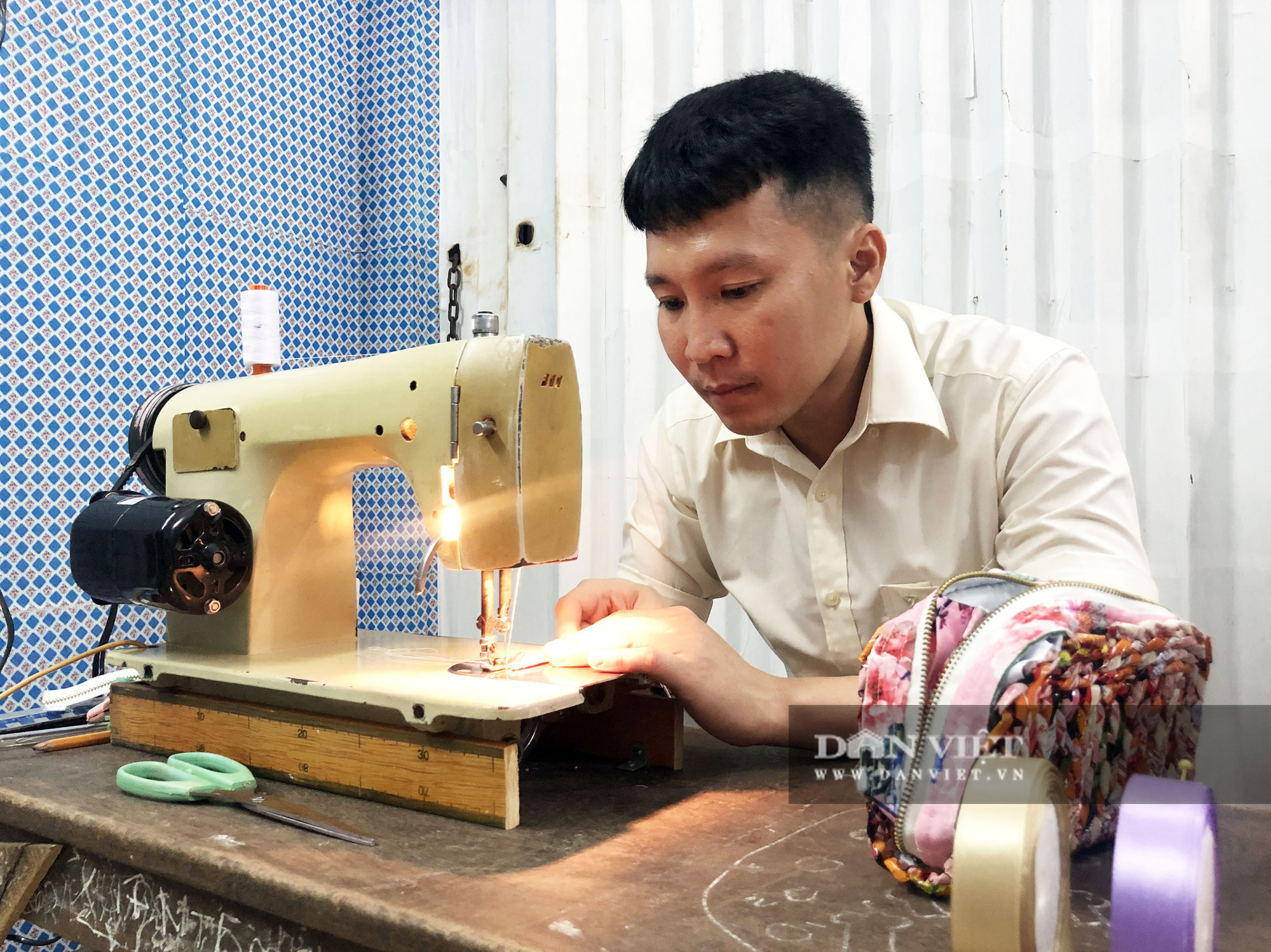 Ngỡ ngàng bộ sưu tập túi xách từ vỏ mì gói của thầy giáo mỹ thuật - Ảnh 8.
