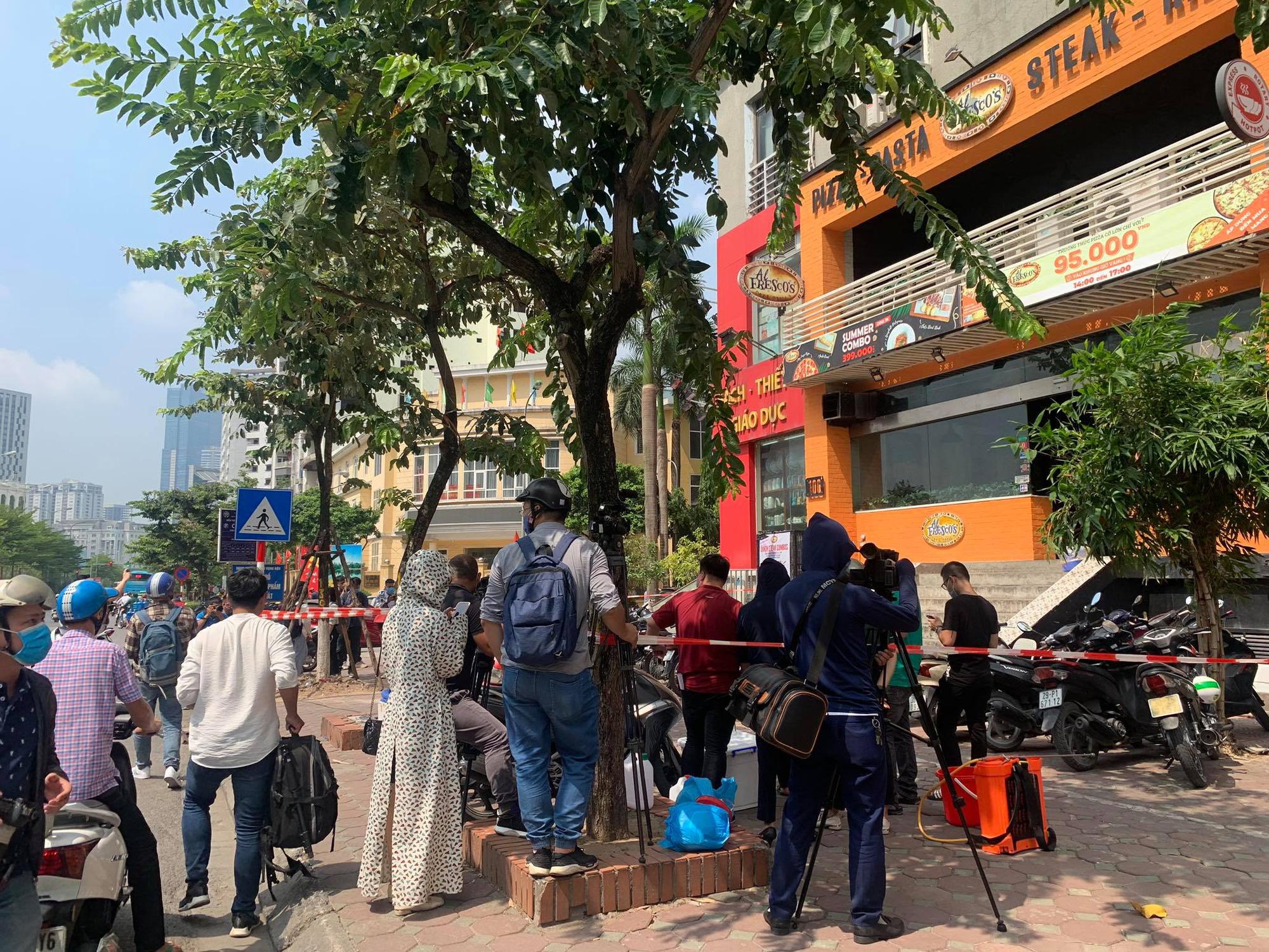 -19 tại Hà Nội: Phong toả và khử trùng quán pizza trên phố Trần Thái Tông - Ảnh 2.