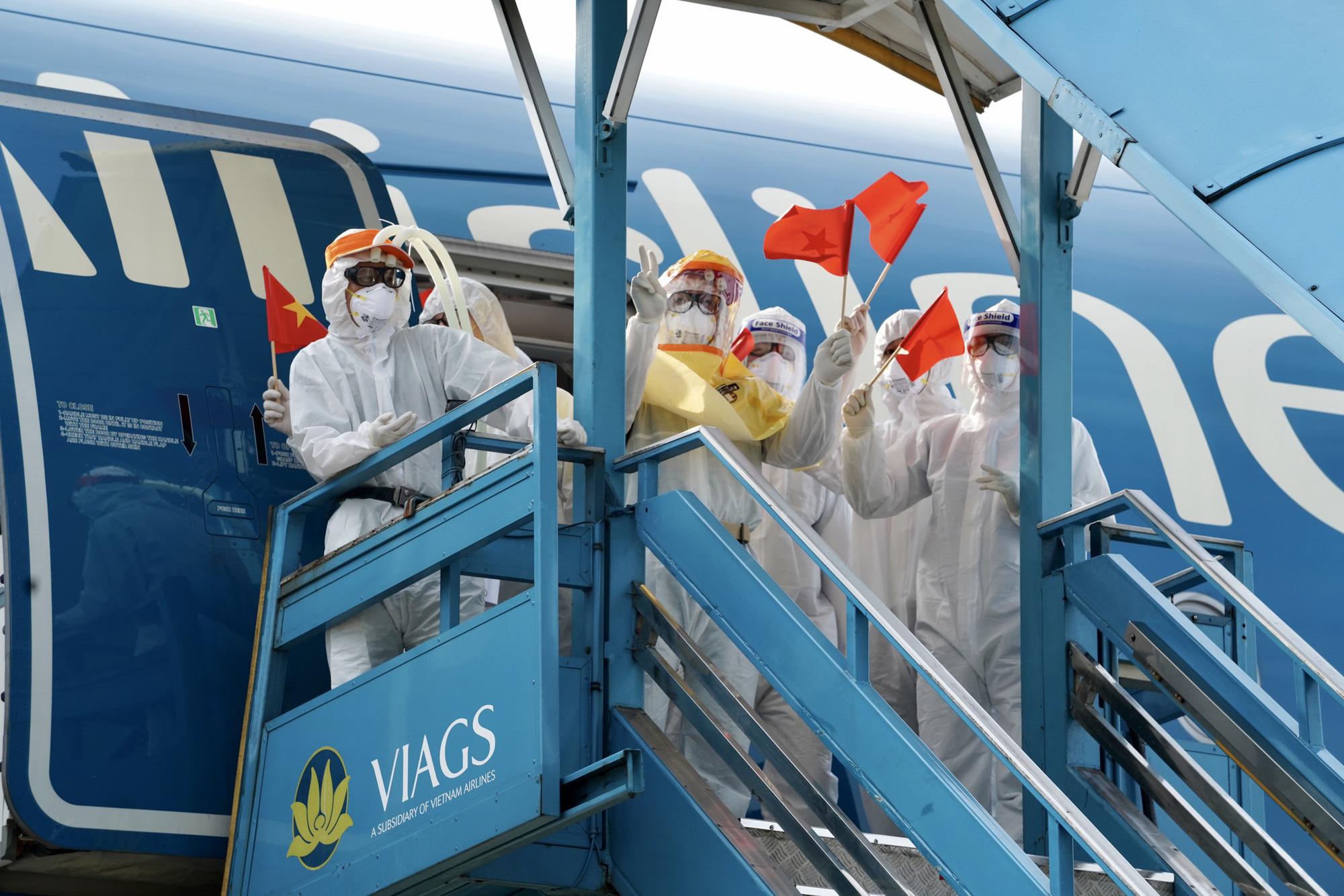 Nội Bài đón chuyến bay từ Guinea Xích đạo hạ cánh an toàn - Ảnh 1.