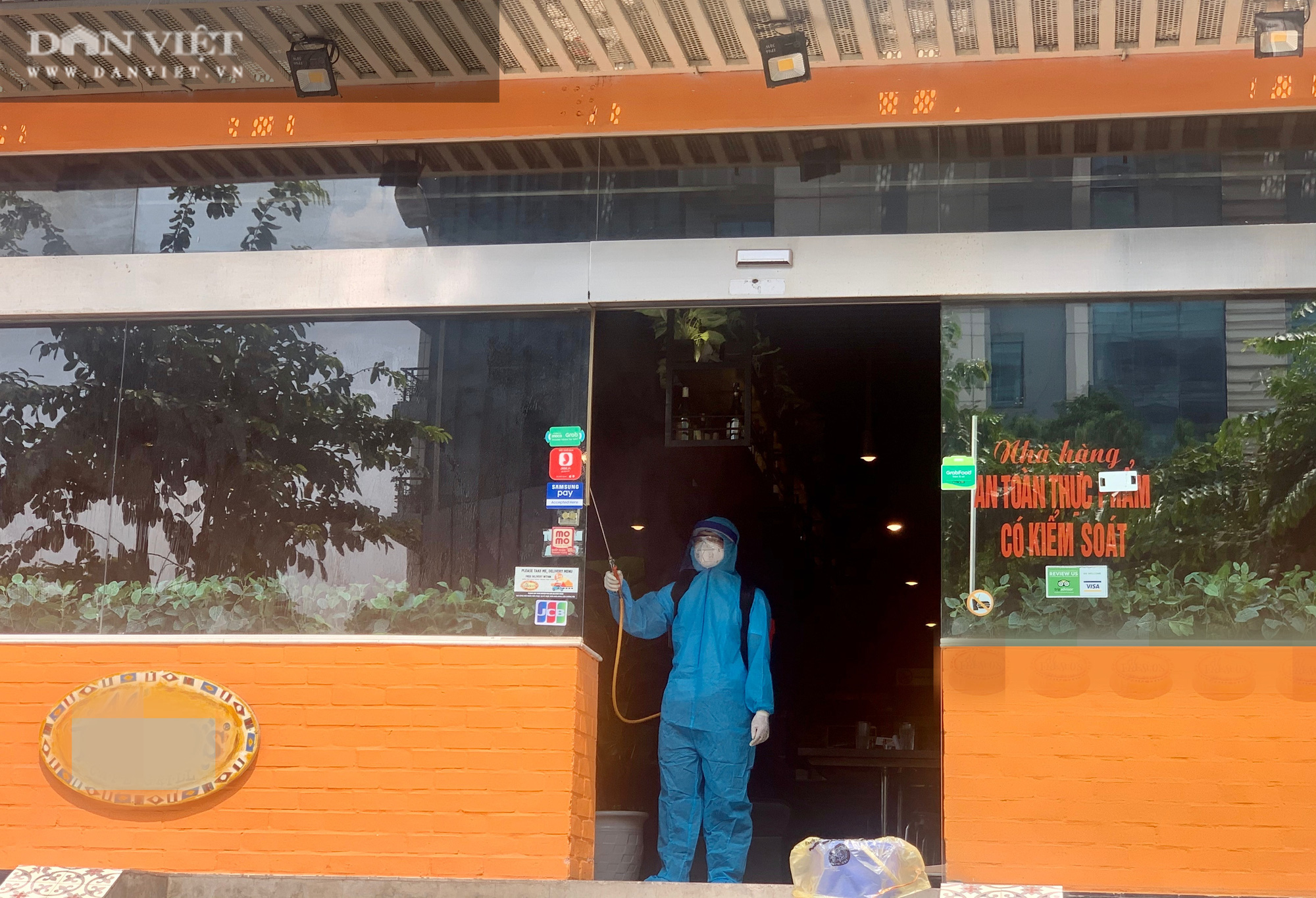 Một bệnh nhân nghi nhiễm Covid-19 tại Hà Nội: Phong toả và khử trùng quán pizza trên phố Trần Thái Tông - Ảnh 4.