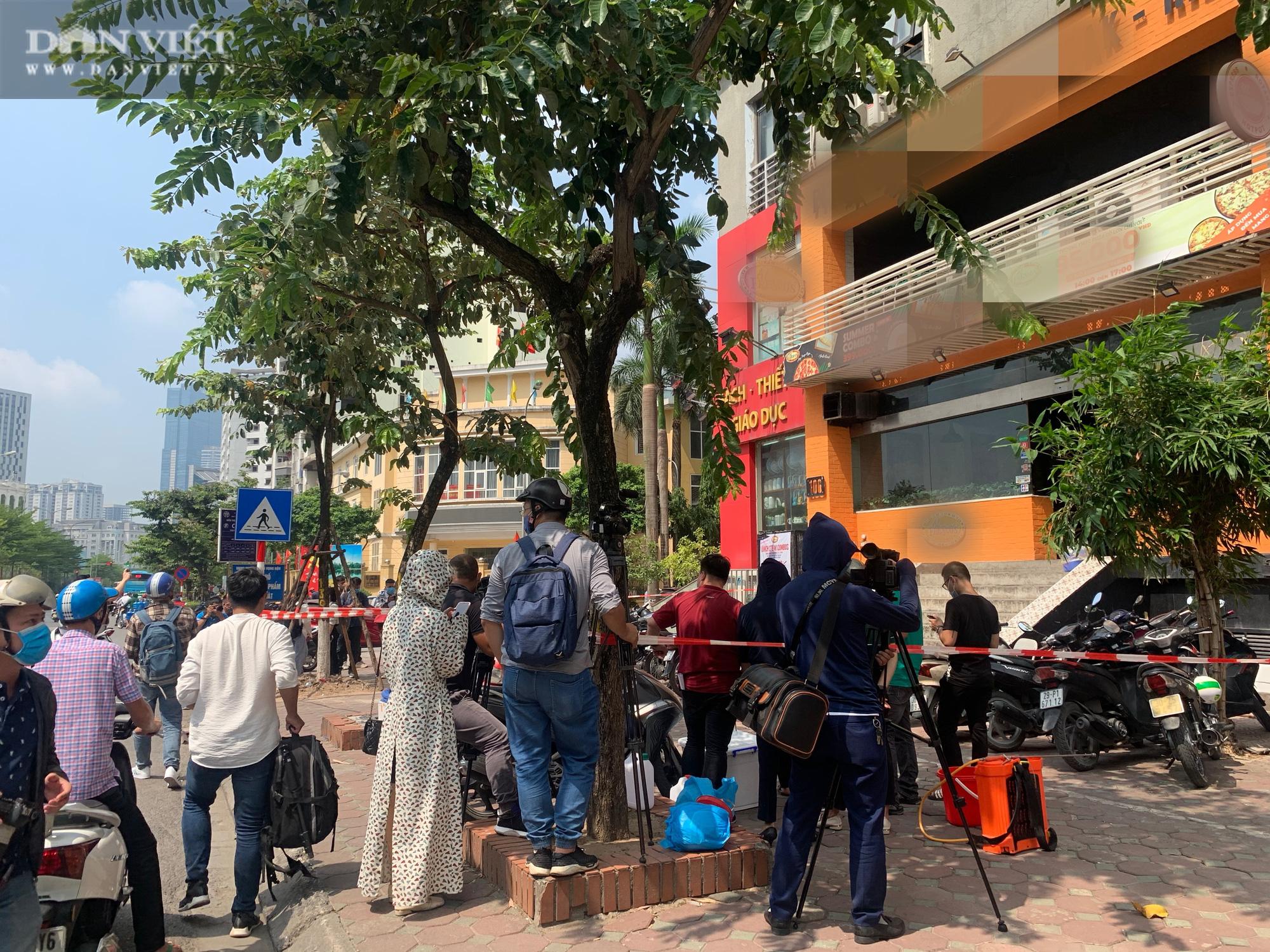 Một bệnh nhân nghi nhiễm Covid-19 tại Hà Nội: Phong toả và khử trùng quán pizza trên phố Trần Thái Tông - Ảnh 2.