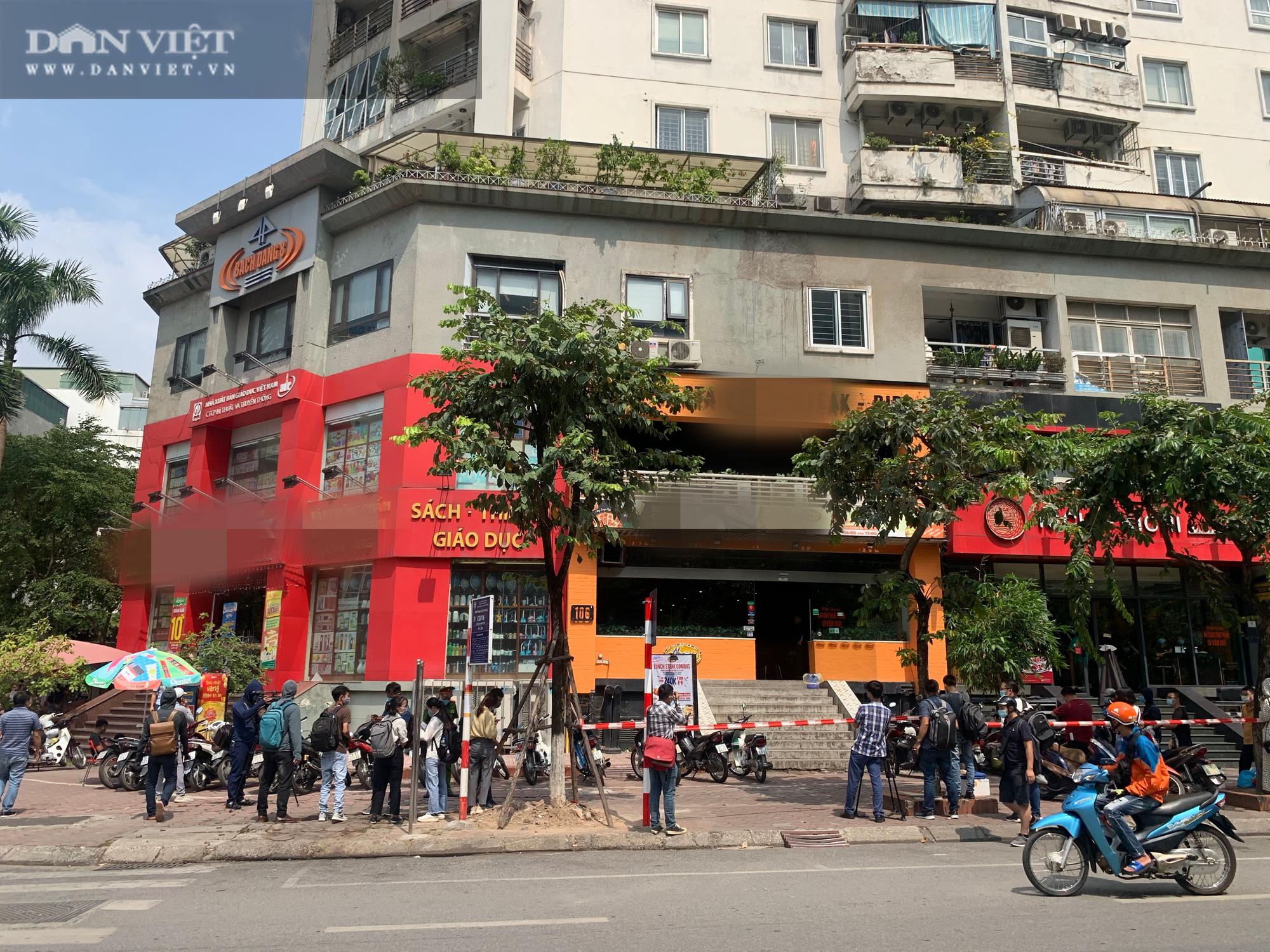 Một bệnh nhân nghi nhiễm Covid-19 tại Hà Nội: Phong toả và khử trùng quán pizza trên phố Trần Thái Tông - Ảnh 3.