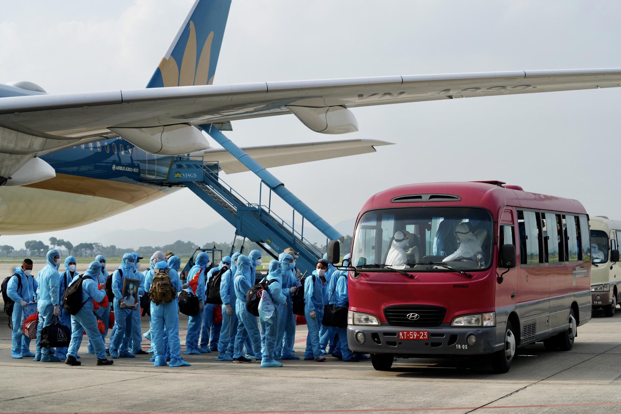 Nội Bài đón chuyến bay từ Guinea Xích đạo hạ cánh an toàn - Ảnh 10.