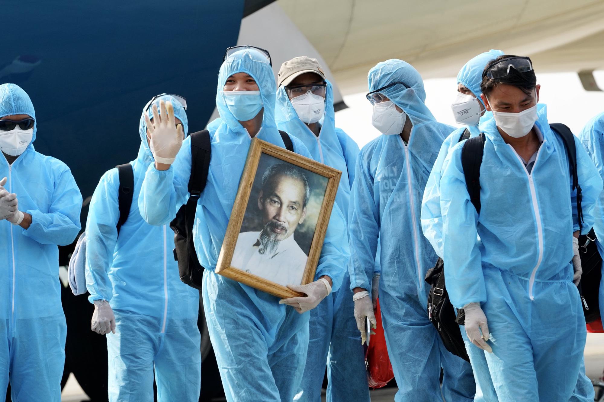 Nội Bài đón chuyến bay từ Guinea Xích đạo hạ cánh an toàn - Ảnh 5.