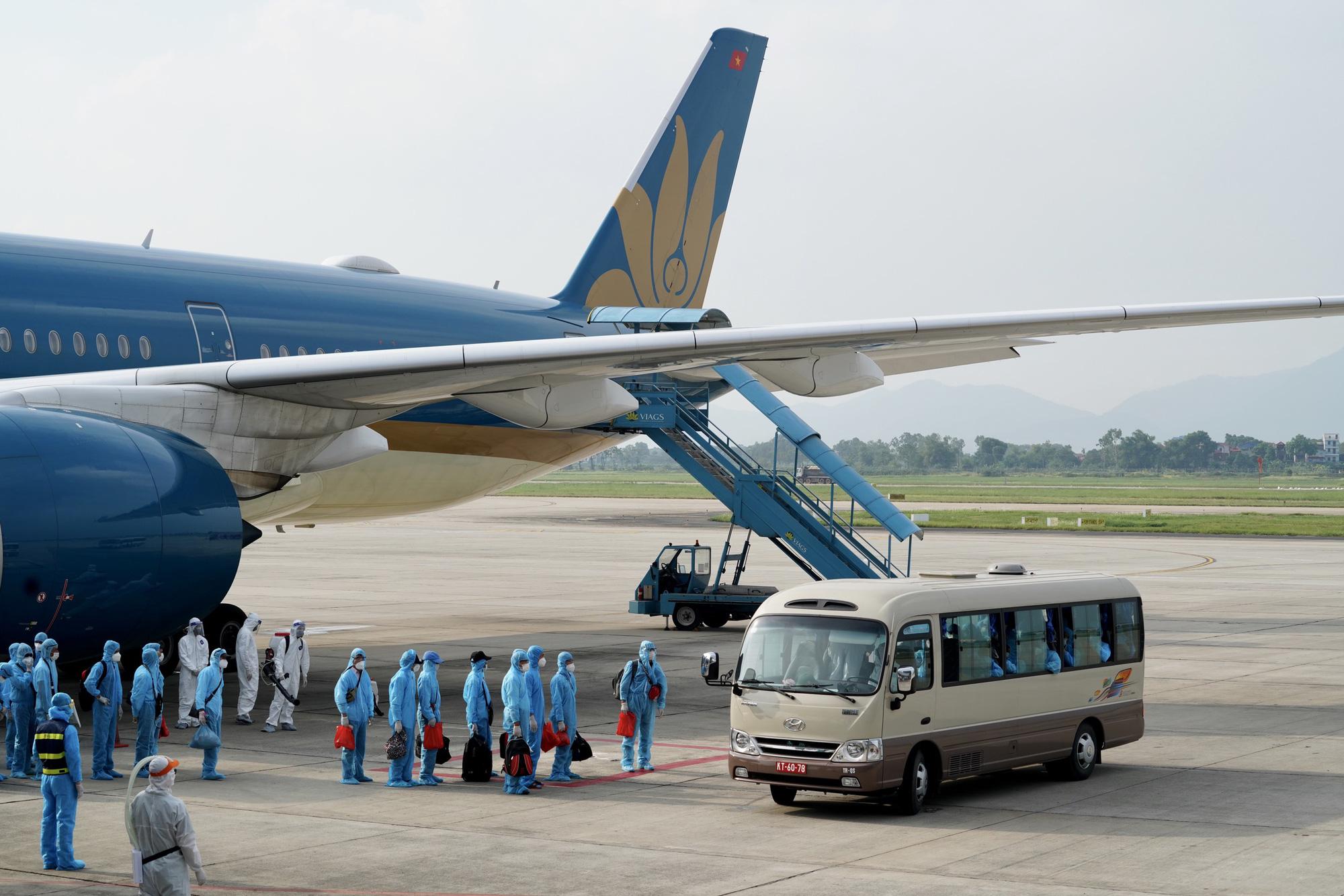 Nội Bài đón chuyến bay từ Guinea Xích đạo hạ cánh an toàn - Ảnh 6.