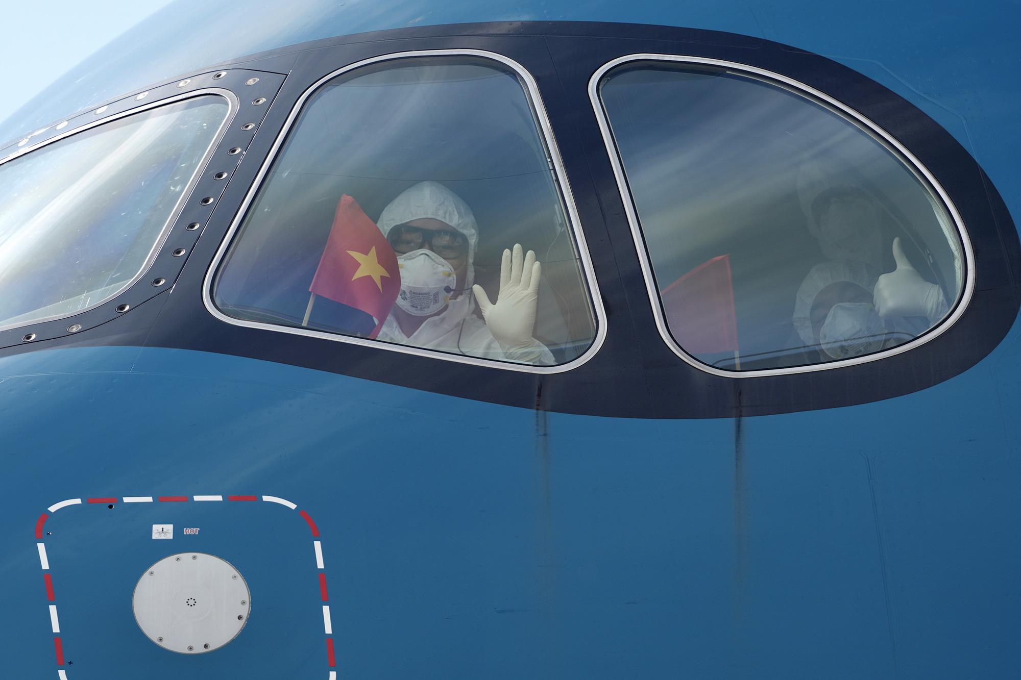 Nội Bài đón chuyến bay từ Guinea Xích đạo hạ cánh an toàn - Ảnh 8.