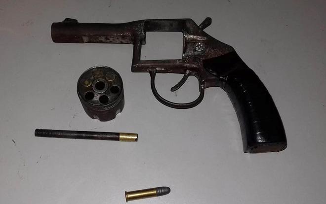 Thu 4 khẩu súng tại nhà người phụ nữ bán ma túy - Ảnh 2.