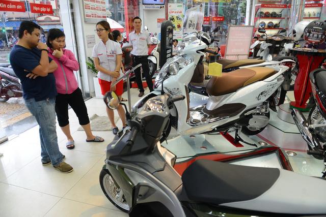 """Dịch Covid – 19: Giá xe máy """"trượt dốc"""", doanh số giảm 1/3 - Ảnh 1."""