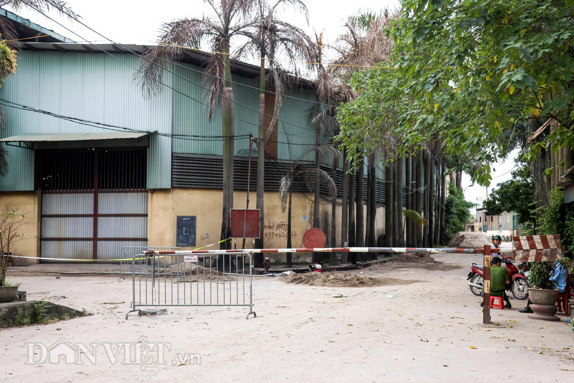 Người dân Đức Giang ngửi mùi khó chịu sau vụ cháy nhà kho hoá chất - Ảnh 11.