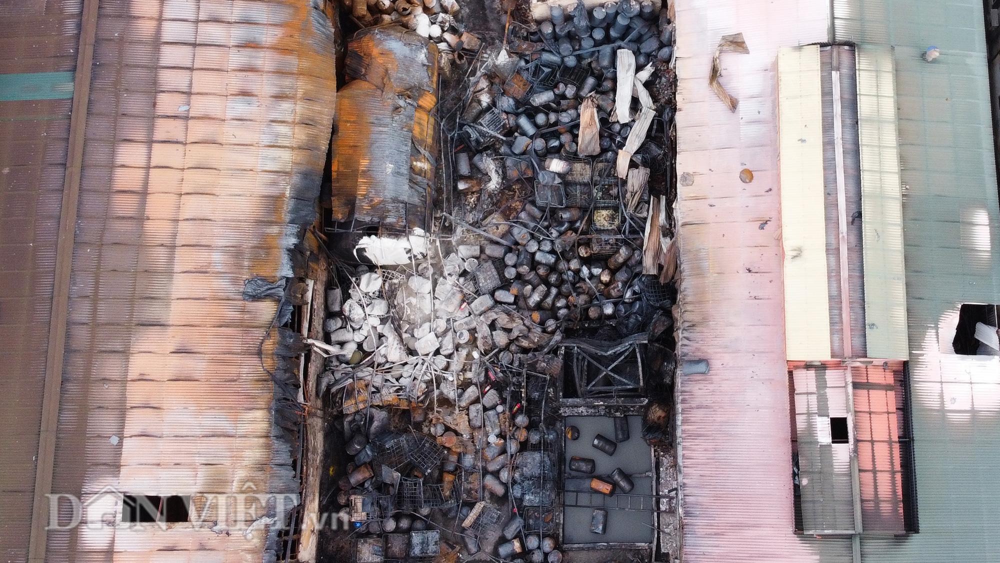 Người dân Đức Giang bịt khẩu trang đi tập thể dục sau vụ cháy nhà kho hoá chất - Ảnh 5.