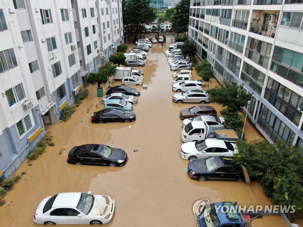 Ôtô ngâm trong dòng nước đục ngầu ở Hàn Quốc - Ảnh 2.