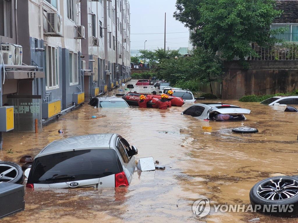 Ôtô ngâm trong dòng nước đục ngầu ở Hàn Quốc - Ảnh 3.