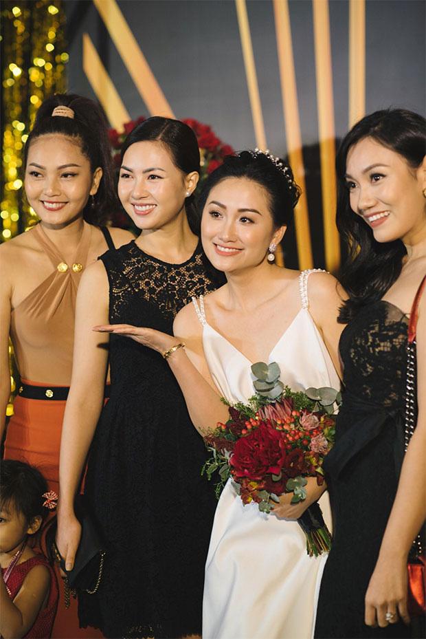 Thủ môn Phạm Văn Tiến hạnh phúc bên người vợ xinh đẹp và giỏi kinh doanh - Ảnh 6.