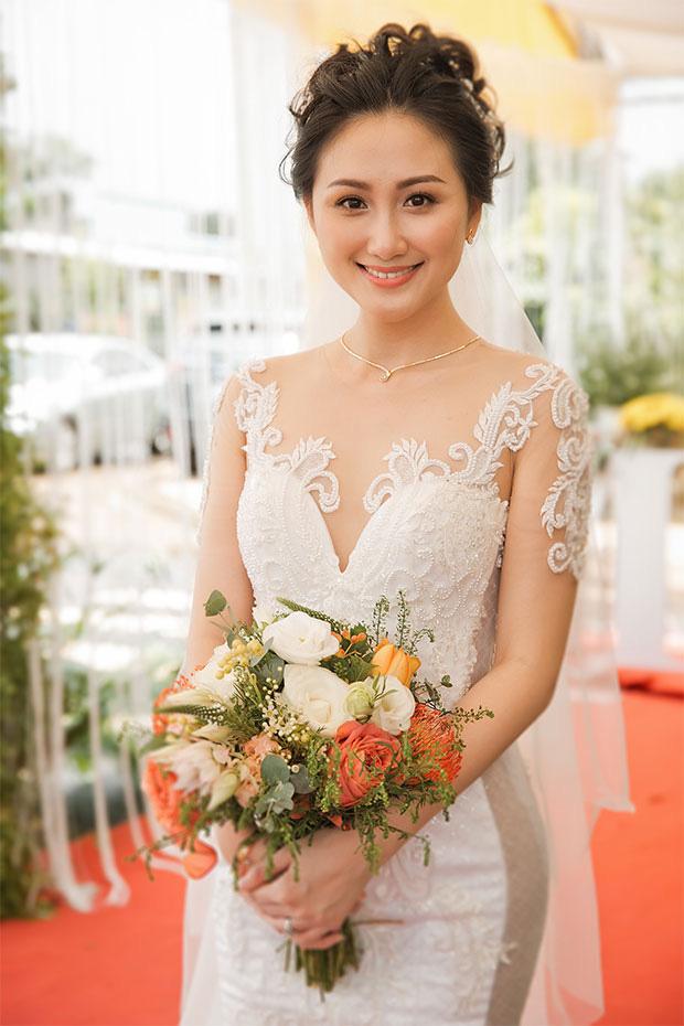 Thủ môn Phạm Văn Tiến hạnh phúc bên người vợ xinh đẹp và giỏi kinh doanh - Ảnh 3.