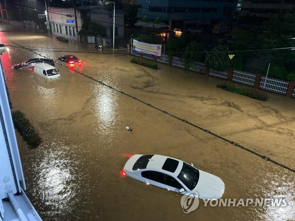 Ôtô ngâm trong dòng nước đục ngầu ở Hàn Quốc - Ảnh 4.