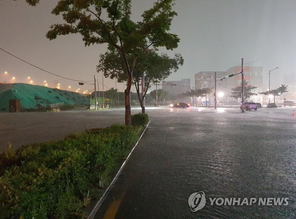 Ôtô ngâm trong dòng nước đục ngầu ở Hàn Quốc - Ảnh 7.