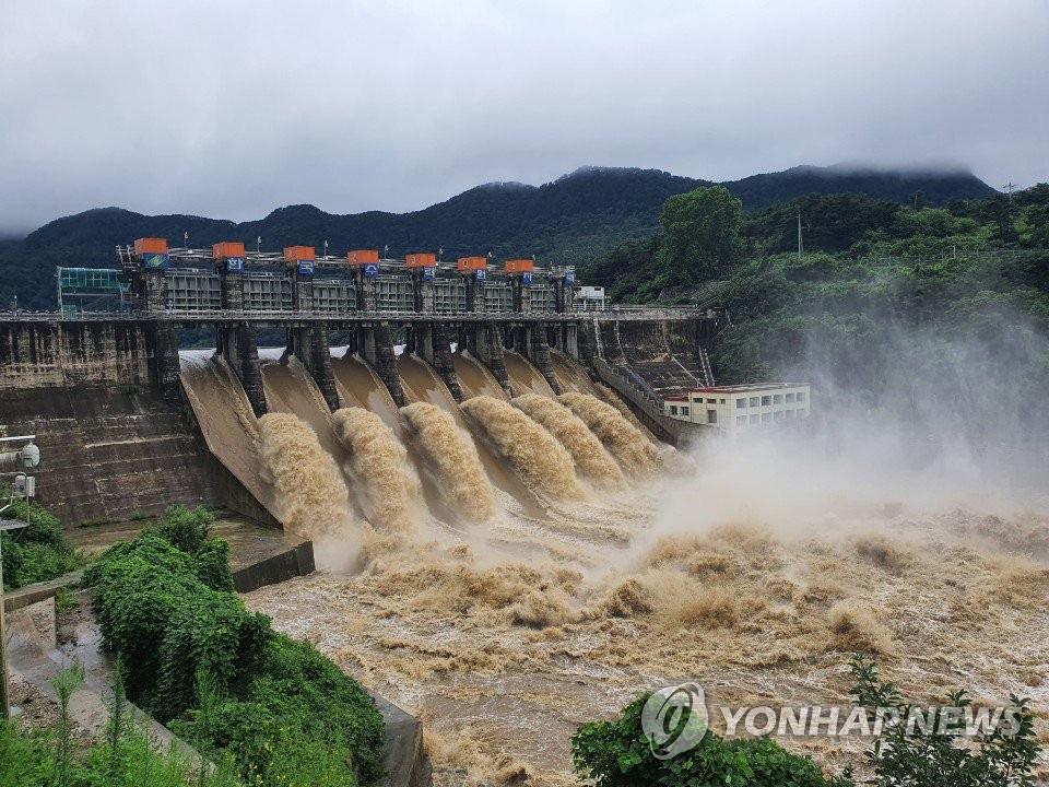 Ôtô ngâm trong dòng nước đục ngầu ở Hàn Quốc - Ảnh 8.