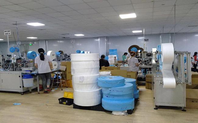 NÓNG: Phát hiện cơ sở sản xuất hơn 100.000 chiếc khẩu trang 3M giả - Ảnh 1.