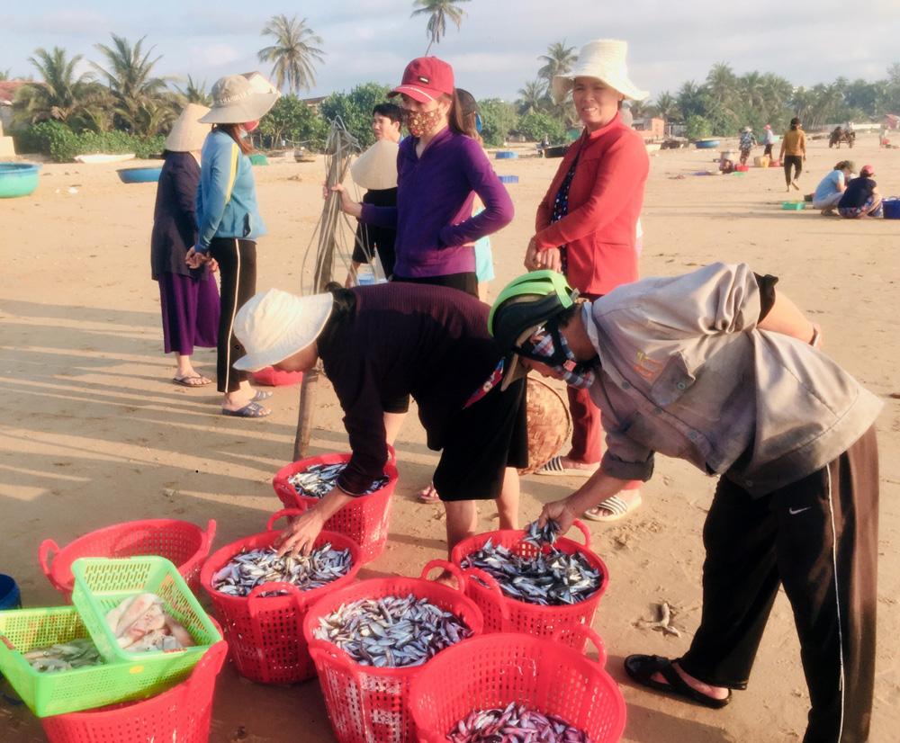 """Phú Yên: Độc đáo, phiên chợ """"đầu mối"""" bán cá tôm tươi rói ngay mép biển, họp nhanh tan cũng nhanh - Ảnh 3."""