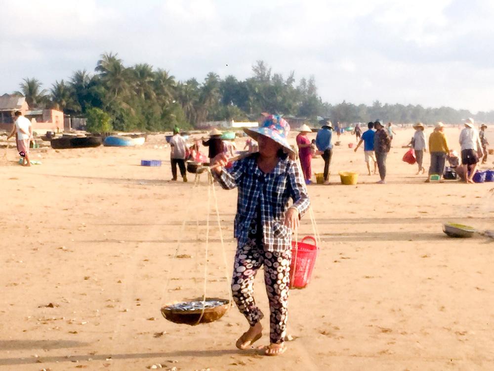 """Phú Yên: Độc đáo, phiên chợ """"đầu mối"""" bán cá tôm tươi rói ngay mép biển, họp nhanh tan cũng nhanh - Ảnh 4."""