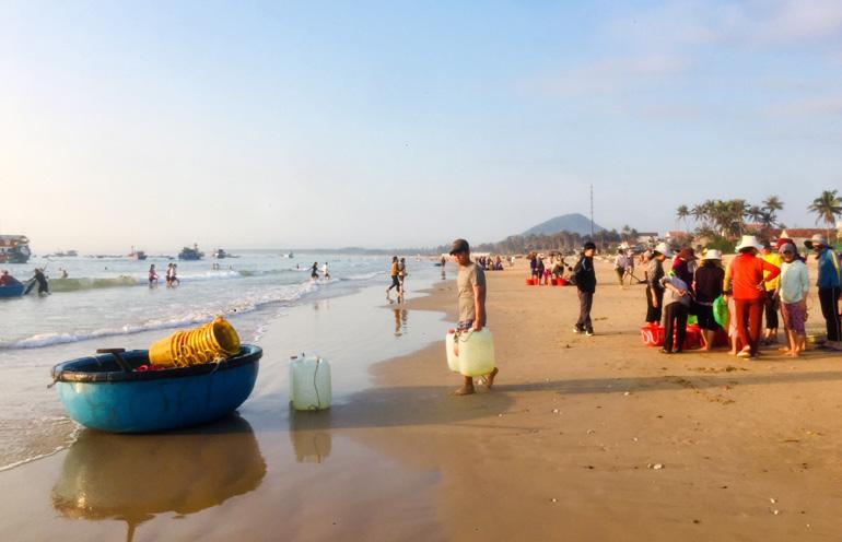 """Phú Yên: Độc đáo, phiên chợ """"đầu mối"""" bán cá tôm tươi rói ngay mép biển, họp nhanh tan cũng nhanh - Ảnh 7."""