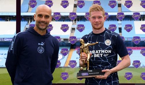 De Bruyne nhận giải Cầu thủ xuất sắc nhất.