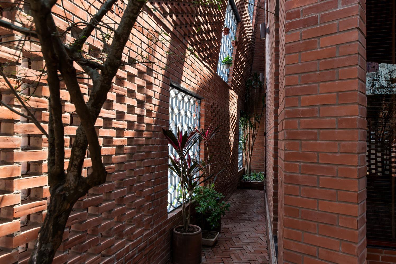 """Độc lạ Thủ đô: Ngôi nhà xây bằng gạch mộc với hàng ngàn ô trống gây """"sốt"""" - Ảnh 3."""