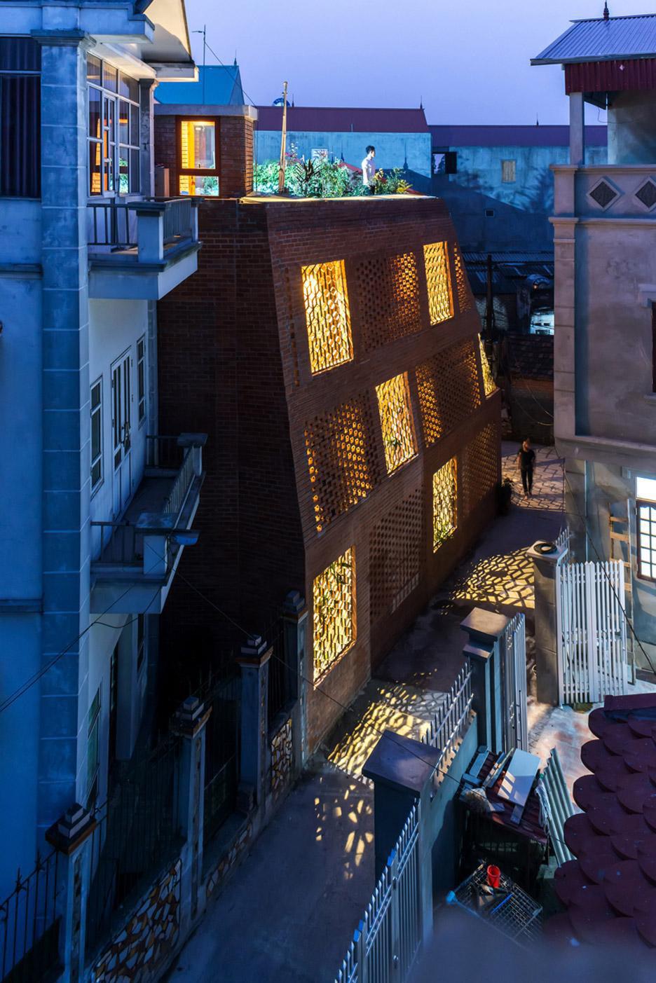 """Độc lạ Thủ đô: Ngôi nhà xây bằng gạch mộc với hàng ngàn ô trống gây """"sốt"""" - Ảnh 11."""