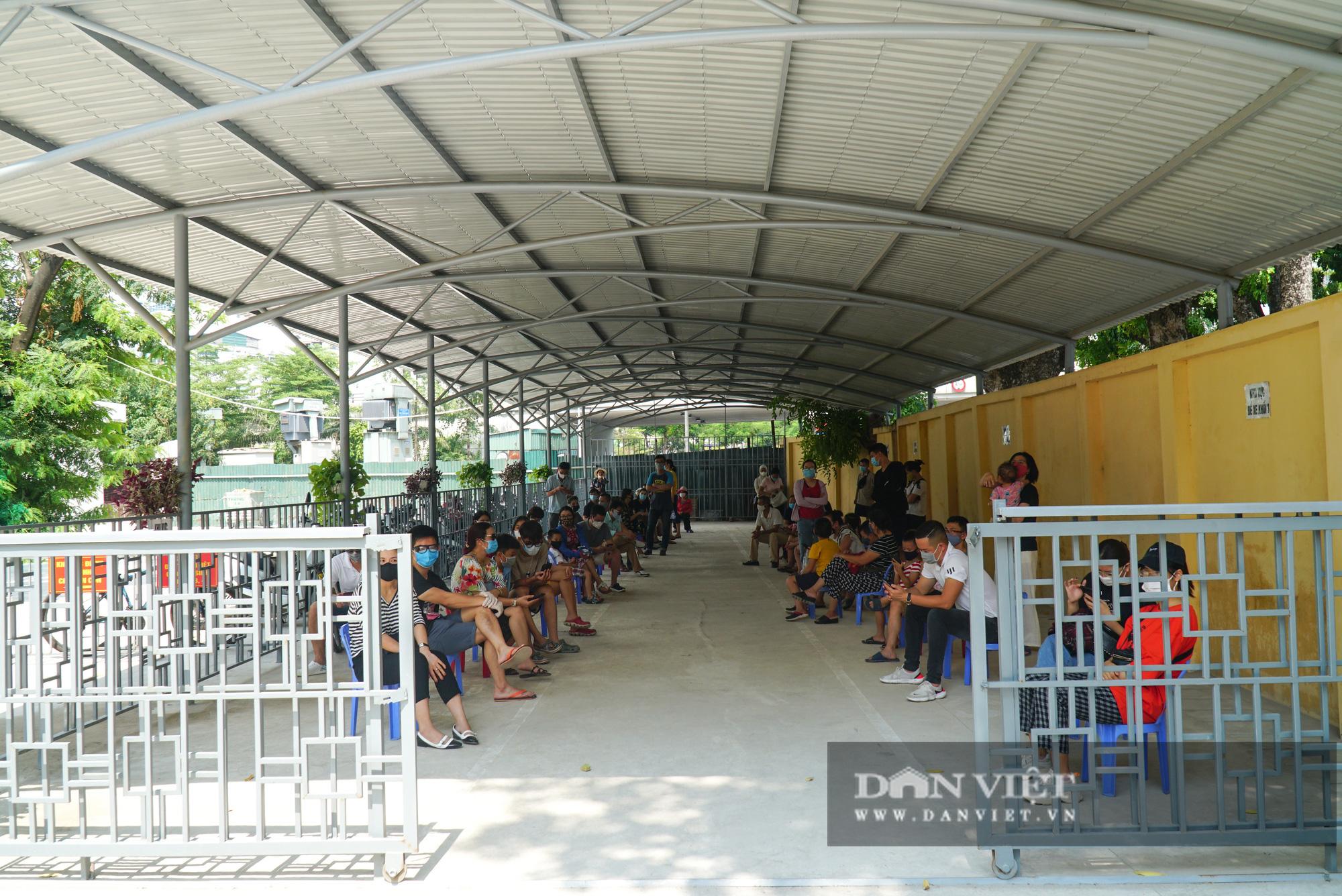 Hàng trăm người dân Hà Nội trở về từ Đà Nẵng tiếp tục được xét nghiệm nhanh Covid-19 - Ảnh 1.