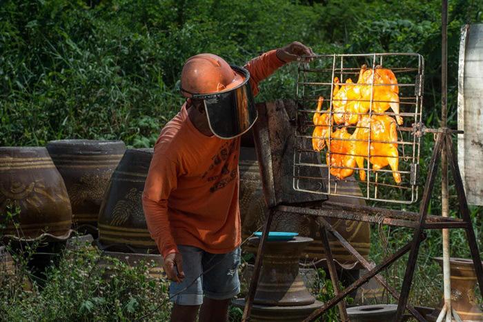 """Món gà nướng mặt trời """"có một không hai"""" ở Thái Lan - Ảnh 1."""