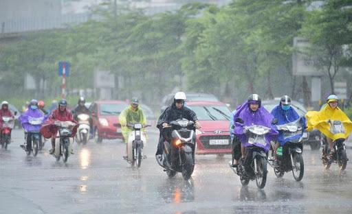 Tin mới: Mưa dông khu vực nội thành Hà Nội, có khả năng xuất hiện lốc, sét và gió giật mạnh - Ảnh 1.